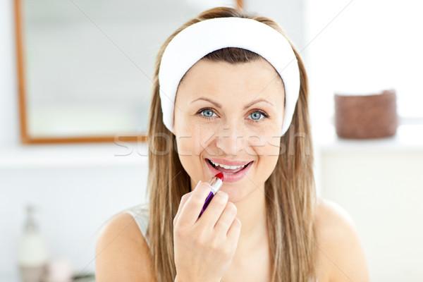 Encantado mulher jovem batom vermelho banheiro casa mulher Foto stock © wavebreak_media