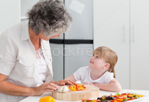 Meisje naar grootmoeder koken home familie Stockfoto © wavebreak_media