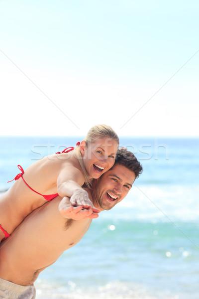 Gyönyörű férfi barátnő háton tengerpart víz Stock fotó © wavebreak_media