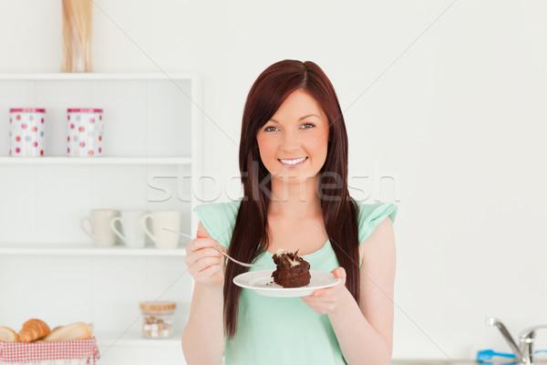 Jól kinéző nő eszik torta konyha zöld Stock fotó © wavebreak_media