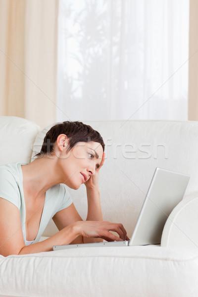 Moe brunette met behulp van laptop woonkamer computer vrouwen Stockfoto © wavebreak_media
