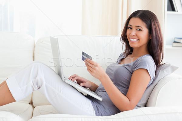 Lächelnd Kamera Kreditkarte Hände Wohnzimmer Stock foto © wavebreak_media