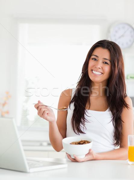 Mujer tazón cereales relajante Foto stock © wavebreak_media