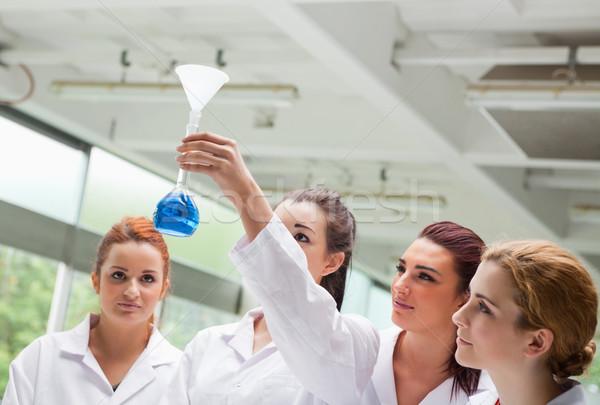 Bilim Öğrenciler bakıyor laboratuvar kadın Stok fotoğraf © wavebreak_media