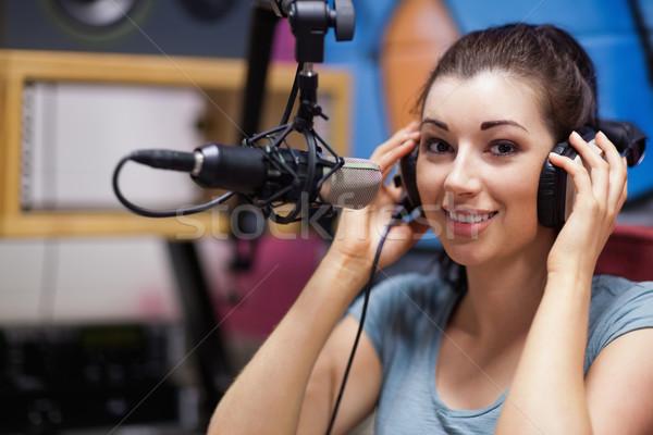 Glimlachend radio gastheer poseren station werk Stockfoto © wavebreak_media