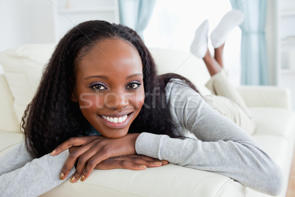 Glimlachende vrouw spanning sofa home woonkamer salon Stockfoto © wavebreak_media
