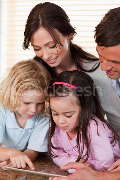 портрет семьи вместе кухне счастливым Сток-фото © wavebreak_media