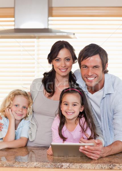 портрет улыбаясь семьи вместе кухне Сток-фото © wavebreak_media