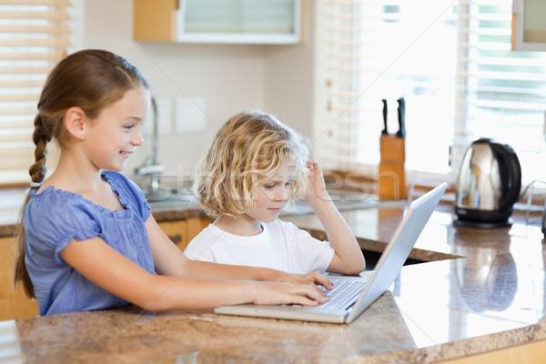Testvérek együtt laptop konyha számítógép mosoly Stock fotó © wavebreak_media