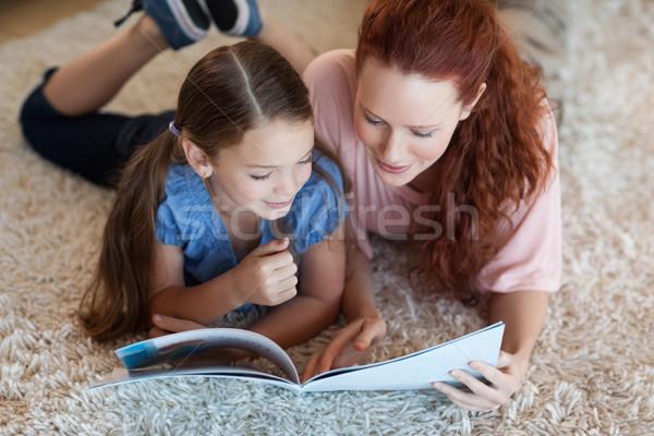 Mãe filha tapete leitura juntos casa Foto stock © wavebreak_media
