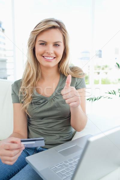 Vrouw creditcard hand laptop naast glimlacht Stockfoto © wavebreak_media