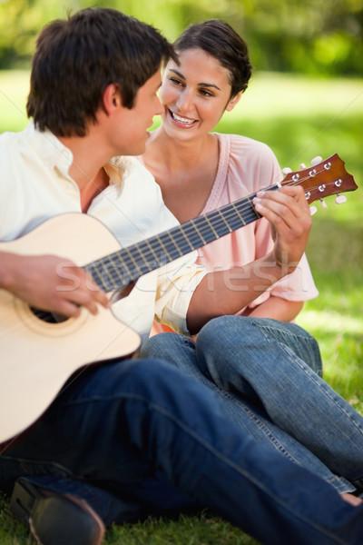 Kadın bakıyor arkadaş oynama gitar her ikisi de Stok fotoğraf © wavebreak_media
