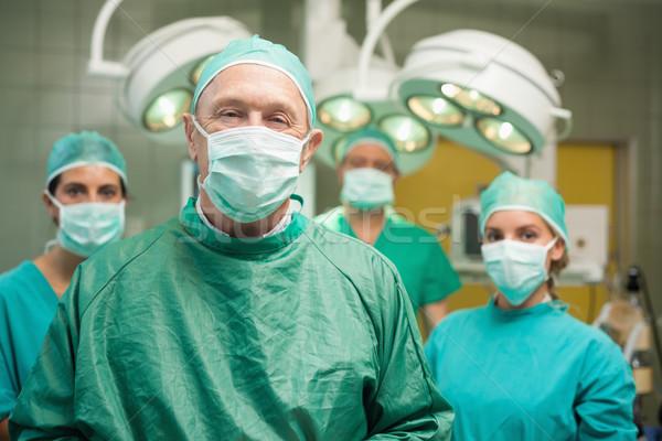 Sonriendo cirujano posando equipo quirúrgico habitación Foto stock © wavebreak_media