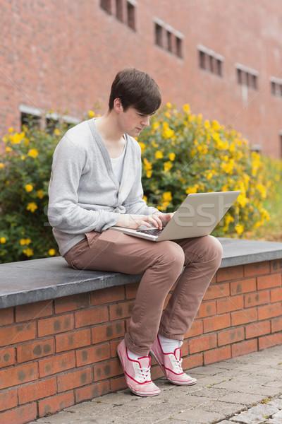 öğrenci dizüstü bilgisayar kullanıyorsanız oturma duvar dışında Stok fotoğraf © wavebreak_media