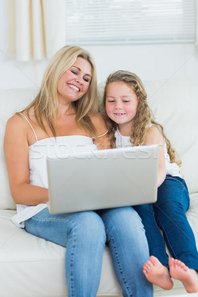 Souriant fille mère portable ordinateur enfant Photo stock © wavebreak_media