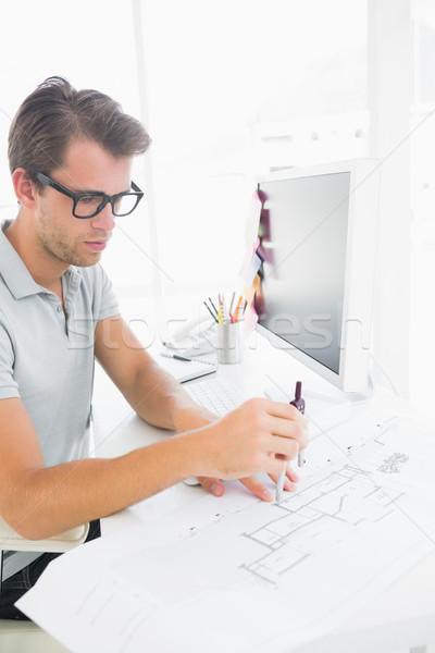 Concentrado hombre brújula diseno vista lateral joven Foto stock © wavebreak_media