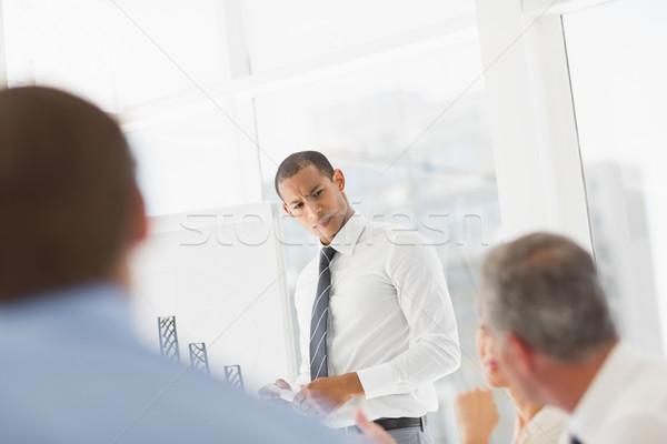 Poważny biznesmen wykres słupkowy pracowników biuro Zdjęcia stock © wavebreak_media