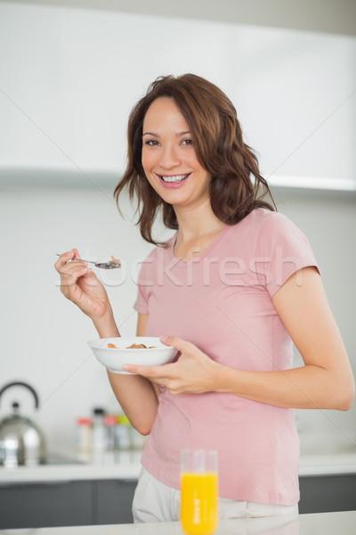 Sorrindo tigela cereais cozinha retrato sorridente Foto stock © wavebreak_media