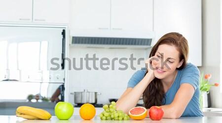 Nő gyümölcsöstál pult konyha portré fiatal nő Stock fotó © wavebreak_media