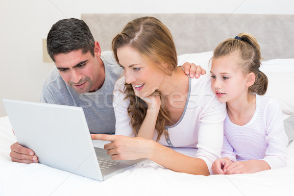 家族 ラップトップを使用して ベッド 笑みを浮かべて コンピュータ 女性 ストックフォト © wavebreak_media