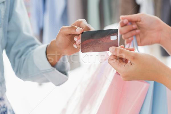 Középső rész vásárló bevásárlótáskák hitelkártya közelkép női Stock fotó © wavebreak_media