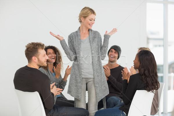 Afkickkliniek groep gelukkig vrouw permanente Stockfoto © wavebreak_media