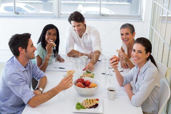 Trabajadores reír comer almuerzo oficina Foto stock © wavebreak_media