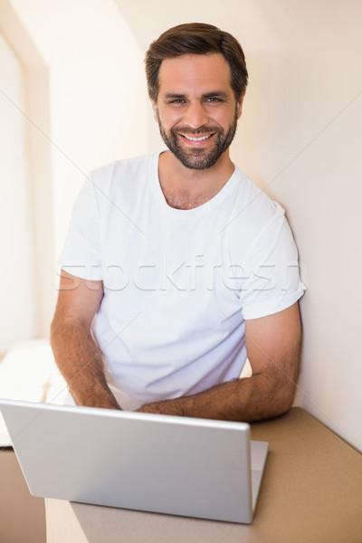 Heureux homme utilisant un ordinateur portable déplacement nouvelle maison Photo stock © wavebreak_media