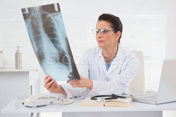 Doktor bakıyor tıbbi ofis kadın kitap Stok fotoğraf © wavebreak_media
