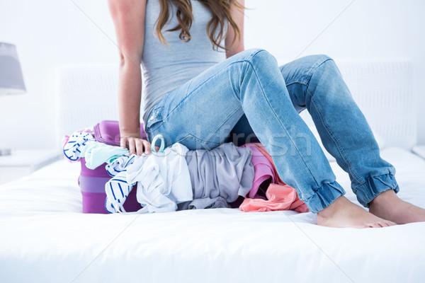 Mulher sessão mala casa quarto óculos Foto stock © wavebreak_media