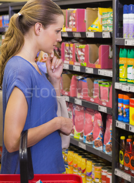 красивая женщина глядя продукт шельфа супермаркета женщину Сток-фото © wavebreak_media