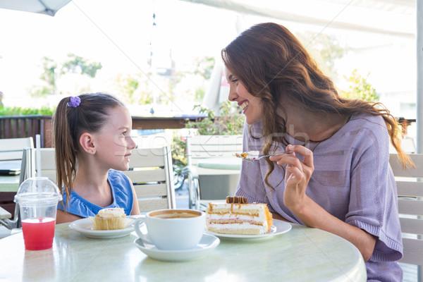 Anne kız kekler kafe teras Stok fotoğraf © wavebreak_media