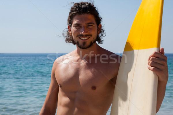 Zâmbitor Surfer placa de surf în picioare plajă coastă Imagine de stoc © wavebreak_media