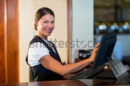 Portret uśmiechnięty kelnerka stałego menu karty Zdjęcia stock © wavebreak_media
