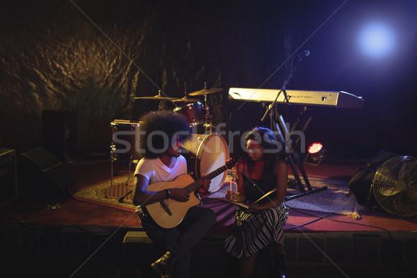 ストックフォト: ミュージシャン · ステージ · ナイトクラブ · 座って
