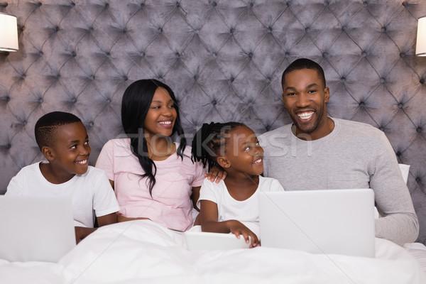 Foto stock: Retrato · sorridente · homem · usando · laptop · sessão · família