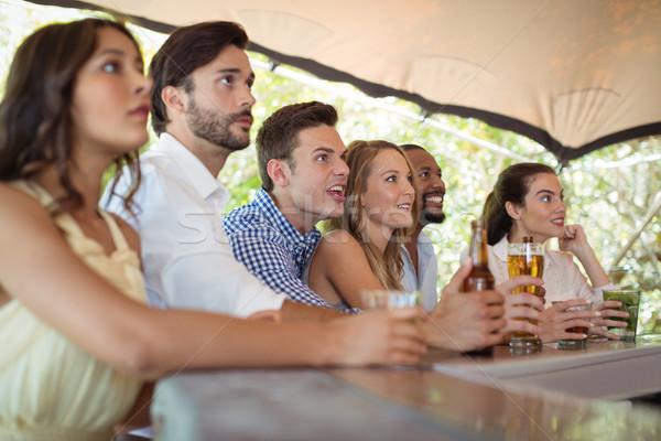 Barátok néz futball gyufa pult étterem Stock fotó © wavebreak_media