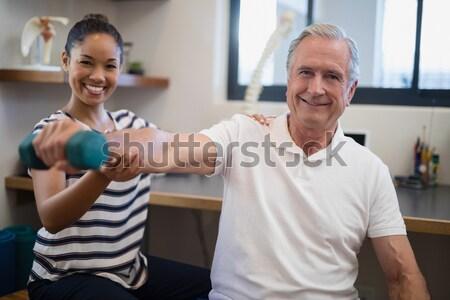 Nővér képzés idősek emel súlyzók öregek otthona Stock fotó © wavebreak_media