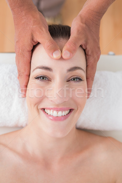 Zdjęcia stock: Uśmiechnięta · kobieta · głowie · masażu · medycznych · biuro · człowiek