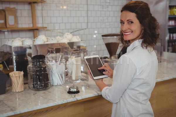 Retrato camarera digital tableta Servicio sonriendo Foto stock © wavebreak_media