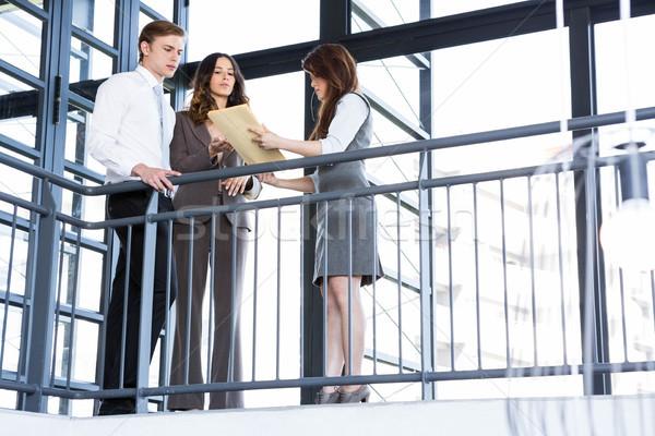 глядя документы служба бизнеса человека Сток-фото © wavebreak_media