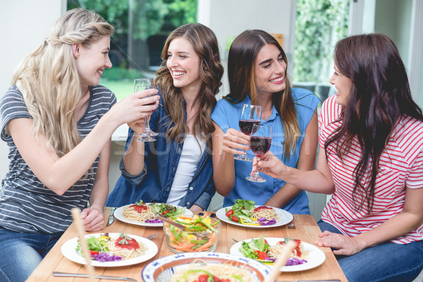 Amis verre vin rouge repas maison Photo stock © wavebreak_media