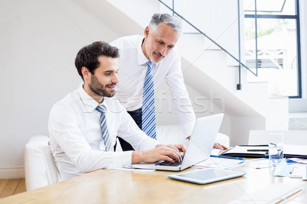 üzletemberek megbeszél irodai munka laptop iroda számítógép Stock fotó © wavebreak_media
