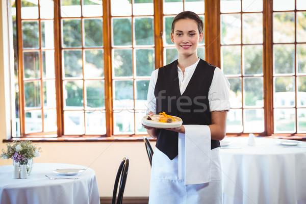 Pincérnő tart tányér torták étterem nő Stock fotó © wavebreak_media