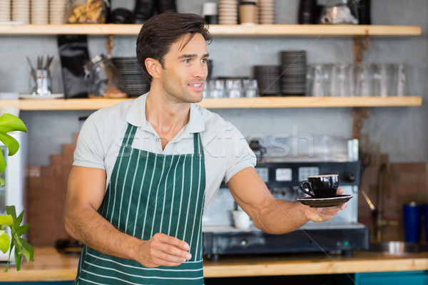 Foto stock: Camarero · ofrecimiento · taza · café · sonriendo · Servicio