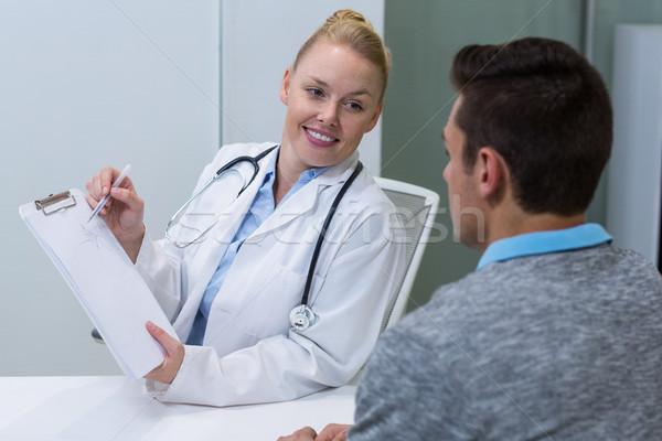 Mosolyog női orvos magyaráz beteg vágólap Stock fotó © wavebreak_media