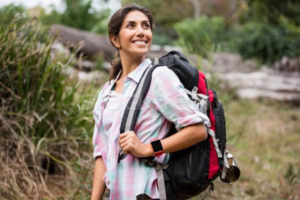 Női természetjáró kirándulás erdő mosolyog boldog Stock fotó © wavebreak_media