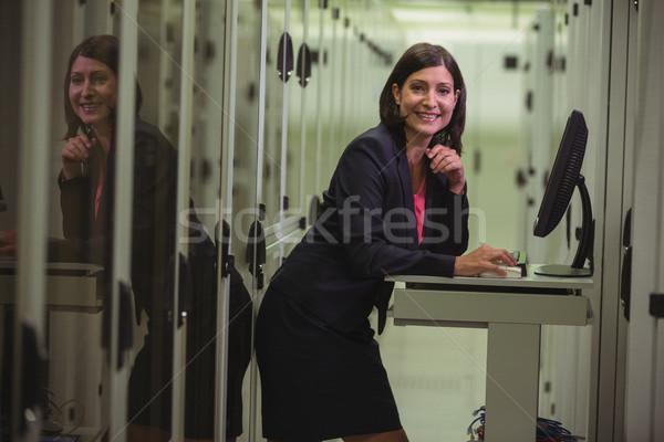 Technikus dolgozik személyi számítógép szerver portré nő Stock fotó © wavebreak_media