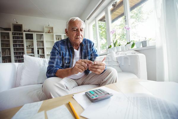 Senior homem telefone móvel casa feliz tabela Foto stock © wavebreak_media