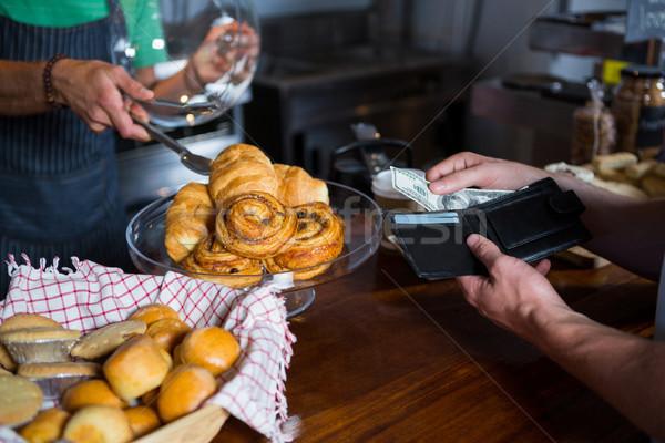 Cliente pagamento pessoal contrariar café Foto stock © wavebreak_media